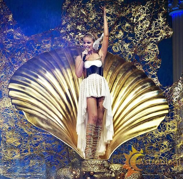 Kylie_Minogue_Les_Folies_Tour_01